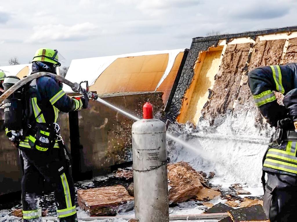 Eine dichte schwarze Rauchwolke war am Samstagnachmittag (10.04.2021) über dem Erlanger Osten zu sehen. Auf dem Dach einer Mehrzweckhalle, die sich im Rohbau befindet, war ein Feuer ausgebrochen. Beim Eintreffen der ersten Feuerwehrleute schlugen offenen Flammen in den Himmel.Sofort wurde ein Löschangriff von zwei Seiten vorgenommen. Auch über eine Drehleiter wurde gelöscht. Doch nicht nur die Zugänglichkeit auf der Baustelle gestaltete sich schwierig, auch mögliche Gasflaschen sind eine Gefahr für die Einsatzkräfte.