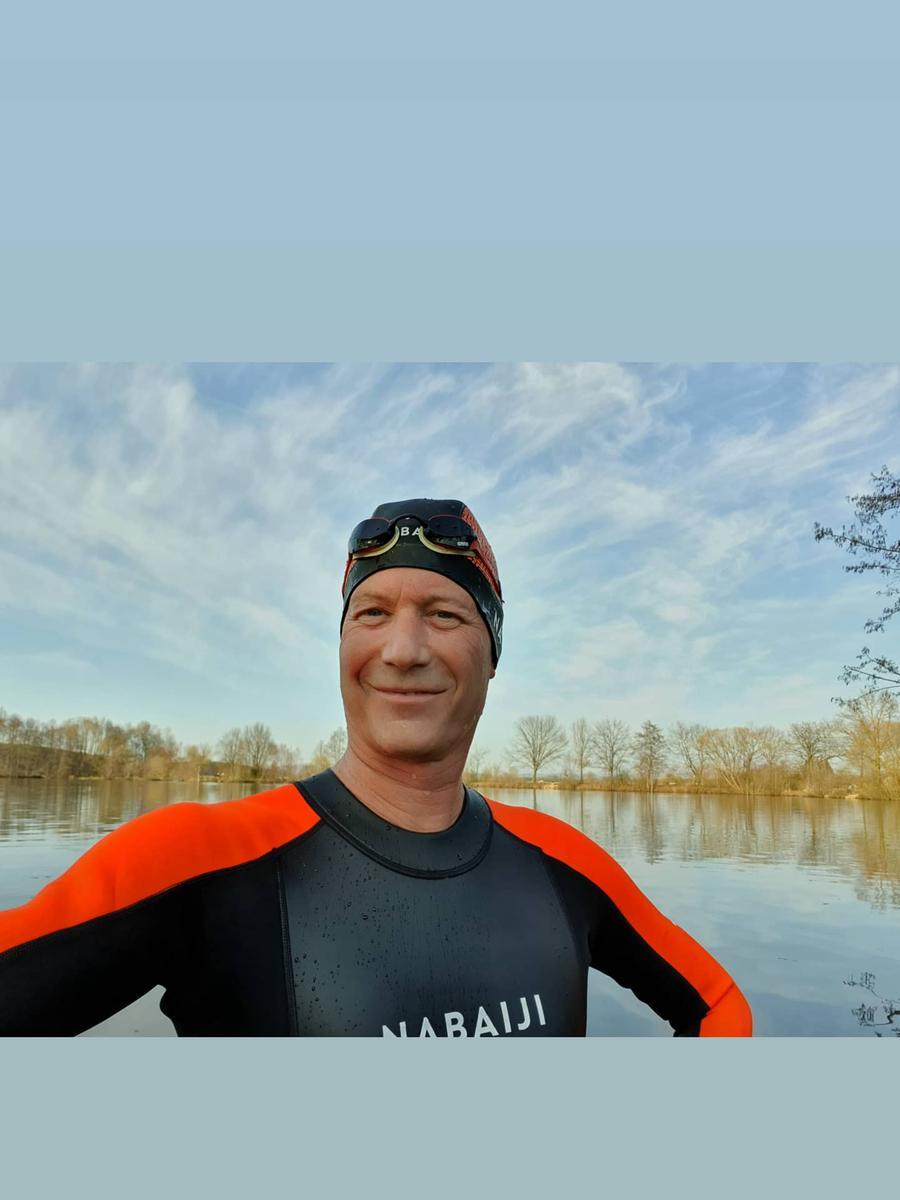 Foto: Michael Maier (triplemaier@web.de) Motiv: Mutmach-Aktion, Mutmach; Lokalsport; Lokalsportpool, Erlangen; Nachdem  neben Radfahren und HipHop-Tanzen (derzeit leider noch online) mein  Lieblingssport Schwimmen seit Schließung der Schwimmbäder seit Herbst 2020  nicht mehr möglich war und auch nicht absehbar ist habe ich mir ein Herz  gefasst und nen Neoprenanzug gekauft und bin vor 2 Wochen Anbaden im Badesee in  Baiersdorf gewesenwar sau kalt aber auch sau geil.