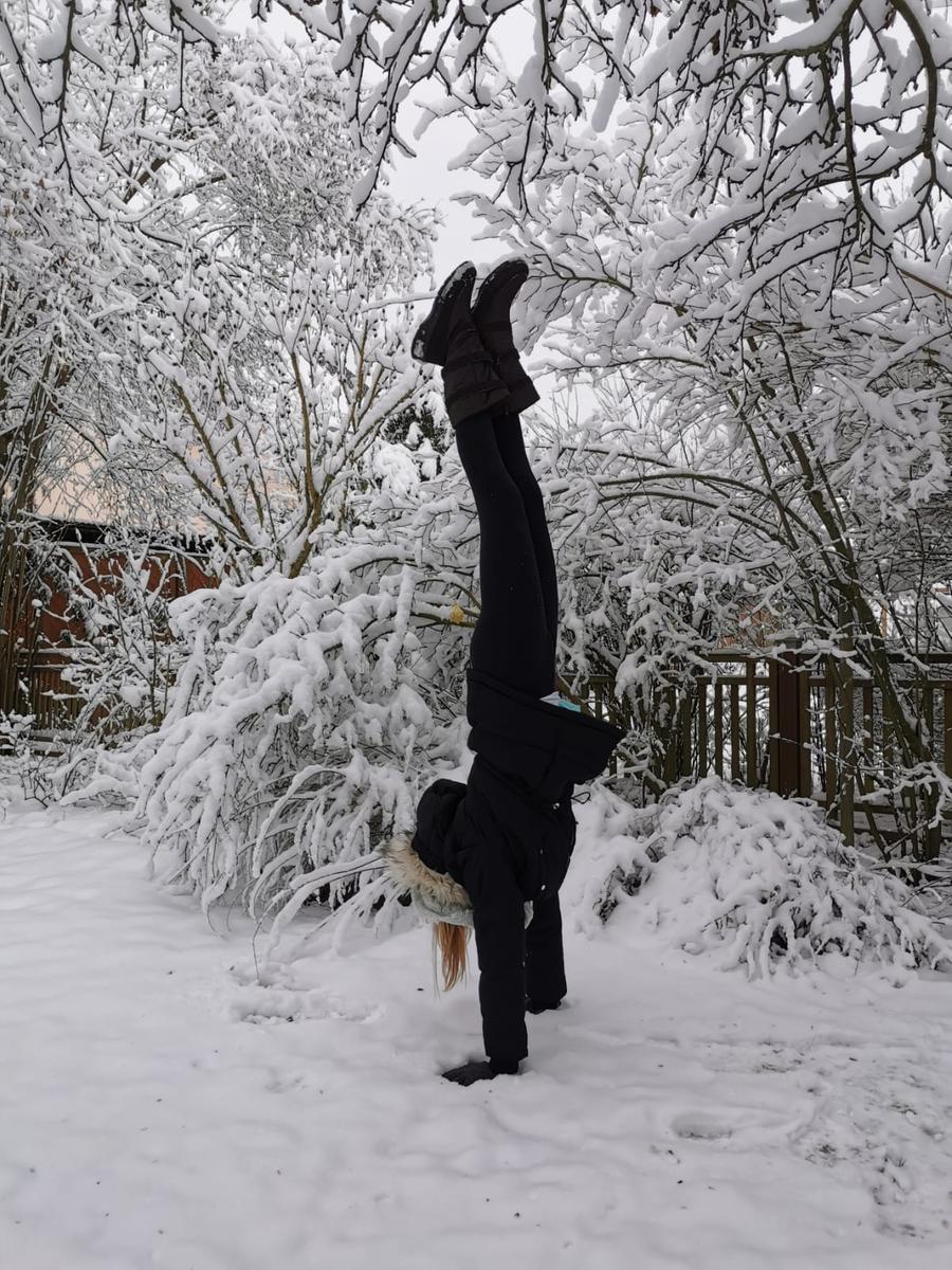 Selbst der Handstand gelang auf dem weißen Boden - hoffentlich endete er nicht mit einem kalten Gesicht beim Sturz in den Schnee.