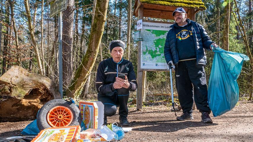 Der Montag steht für Hermann Klink (Mitte, mit Freund Rudolf Gerner) aus Nürnberg im Zeichen des Sports. Sieben Kilometer läuft er dann vom Valznerweiher bis zum Eisweiher.