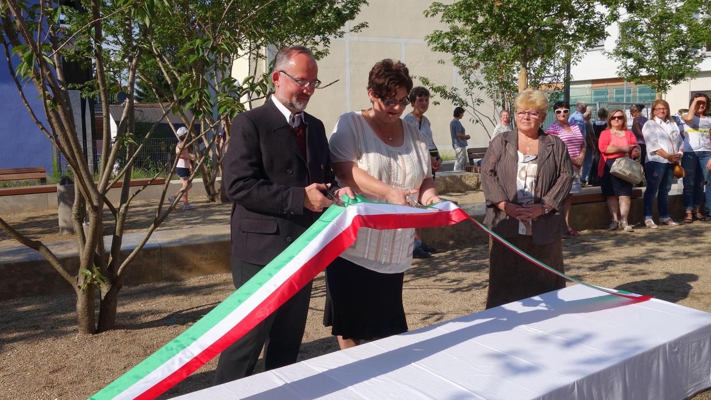 Fokus auf das Jahr 2018: Damals wurde in Treuchtlingen der Partnerschaftsplatz eingeweiht. Zu Gast waren Delegationen aus dem italienischen Ponsacco und aus Bonyhád in Ungarn. Auf unserem Archivbild Bürgermeister Werner Baum und Bürgermeisterin Ibolya Filóné Ferencz Ibolya (Mitte) aus Bonyhád.