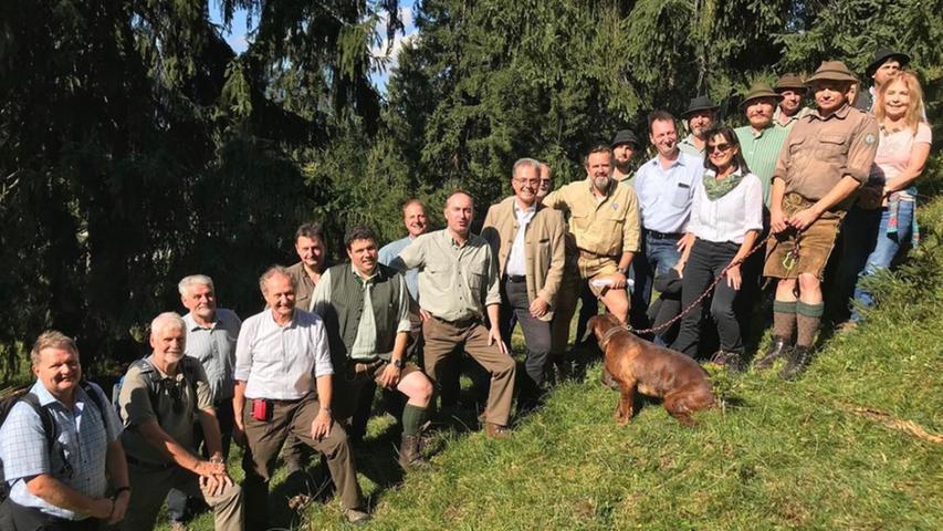 Hubert Aiwanger bei einer Waldbegehung im Landkreis Garmisch-Partenkirchen zur Debatte über Wald und Wild. Der Hund hatte wohl nicht so Lust abgelichtet zu werden.