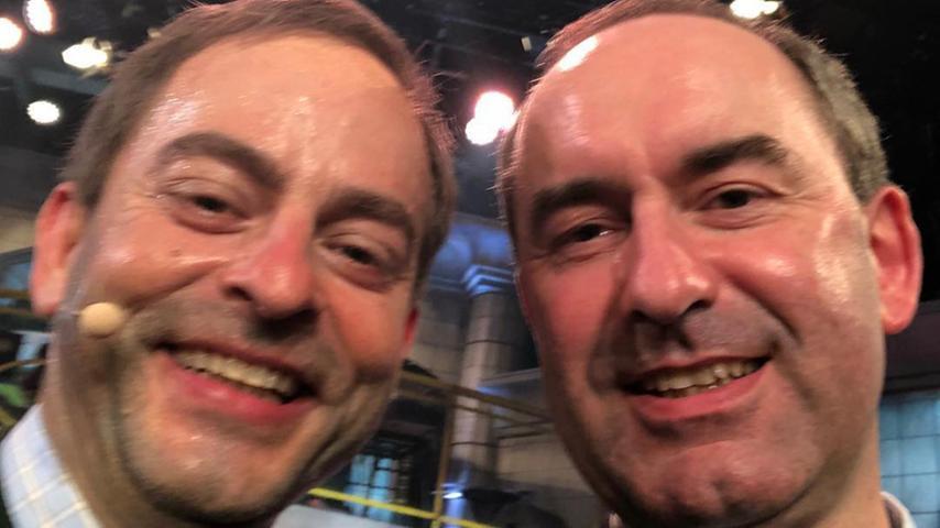 Der doppelteAiwanger: Florian Fischer als Hubert Aiwanger beim Singspiel auf dem Nockherberg 2019. Aiwanger zeigte sich von seinem Doppelgänger begeistert und postete am 12. März 2019 dieses Selfie auf seinem Kanal.