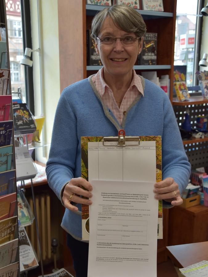 Die Kunden müssen auch bei Bücher Genniges in Roth anrufen, einen Antigentest vorlegen und ihre Adresse hinterlassen.
