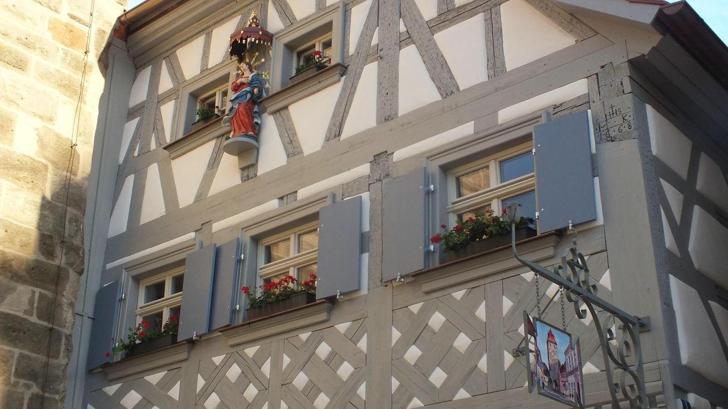 Eine Madonnenfigur aus dem 18. Jahrhundert ziert das generalsanierte Fachwerkhaus, das sich in der Höchstadter Hauptstraße direkt an den Stadtturm anschmiegt. Der Bezirk Mittelfranken hat die Generalsanierung des Gebäudes jetzt prämiert.