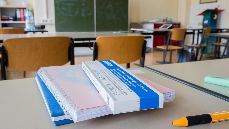 Die Schnelltests liegen bereit: Seit Montag sind in den Präsenzklassen der Schulenin Erlangen und im Landkreis ERH Schnelltests in regelmäßigem Intervall vorgeschrieben.