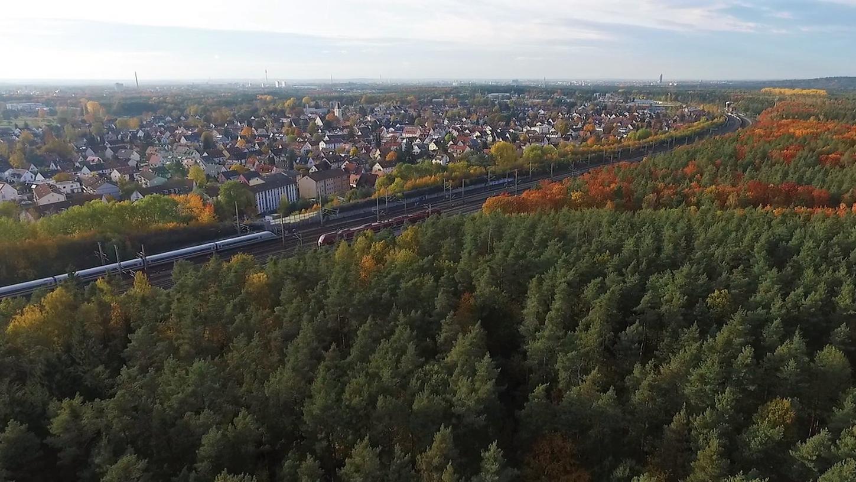 Es würde erhebliche Eingriffe in den Reichswald bei Altenfurt geben, falls die Bahn an ihren ursprünglichen Plänen für das ICE-Werk festhält. Ein Planungsbüro hat nun eine kompaktere Variante erarbeitet, die Anwohner und Reichswald besser schützen würde.