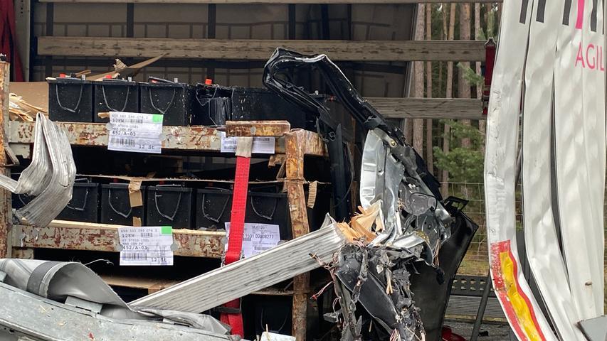 Zu einem Unfall mit zwei Lastwagen kam es am Montagabend (12.04.2021) auf der B2zwischen Kiliansdorf und Untersteinbach (Lkr. Roth). Nach ersten Erkenntnissen rammte ein 7,5- Tonner einen auf dem Seitenstreifen stehenden Sattelzug, der mit 23 Tonnen Autobatterien beladen war. Dabei wurde das Führerhaus des Unfallverursacher stark beschädigt. Weshalb der Lastwagen auf dem Seitenstreifen stand, ist derzeit noch nicht bekannt. Der 7,5-Tonner kam neben der Straße auf einem Grünstreifen zum Stehen. Dieser war beladen mit Paketen eines Postzustellers. Der verunfallte Lastwagen auf dem Seitenstreifen wurde ebenfalls stark beschädigt. Die Batterien blieben allerdings unbeschädigt. Während der Unfallaufnahme wurde ein Fahrstreifen gesperrt. Verletzt wurde bei dem Unfall glücklicherweise niemand. Foto: NEWS5 / Bauernfeind Weitere Informationen... https://www.news5.de/news/news/read/20618