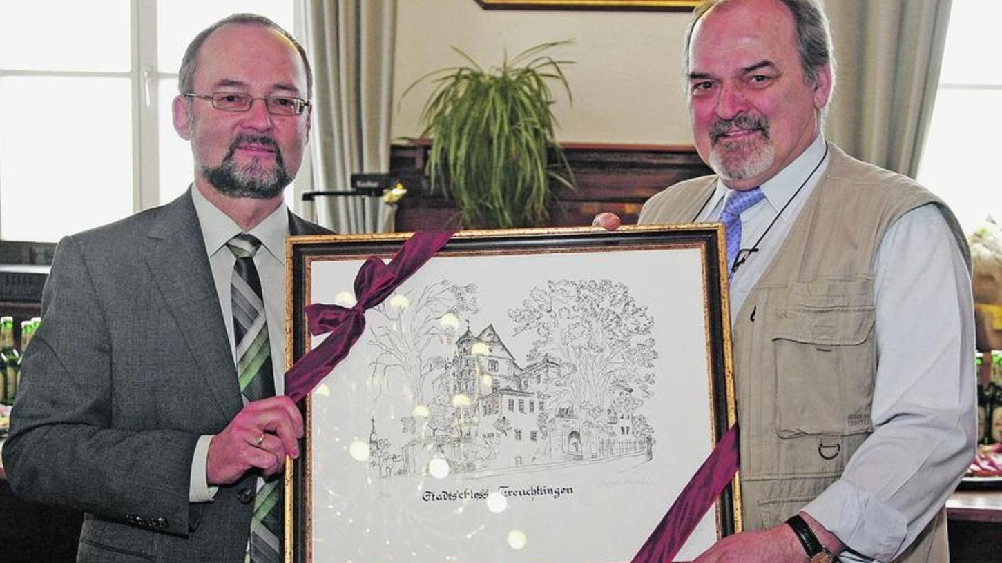 Erinnerungen an den März im Jahr 2010: Volker Schelenz (+, rechts) bekam damals zum Abschied aus dem Arbeitsleben von Bürgermeister Werner Baum eine Lithografie vom Treuchtlinger Schloss überreicht.