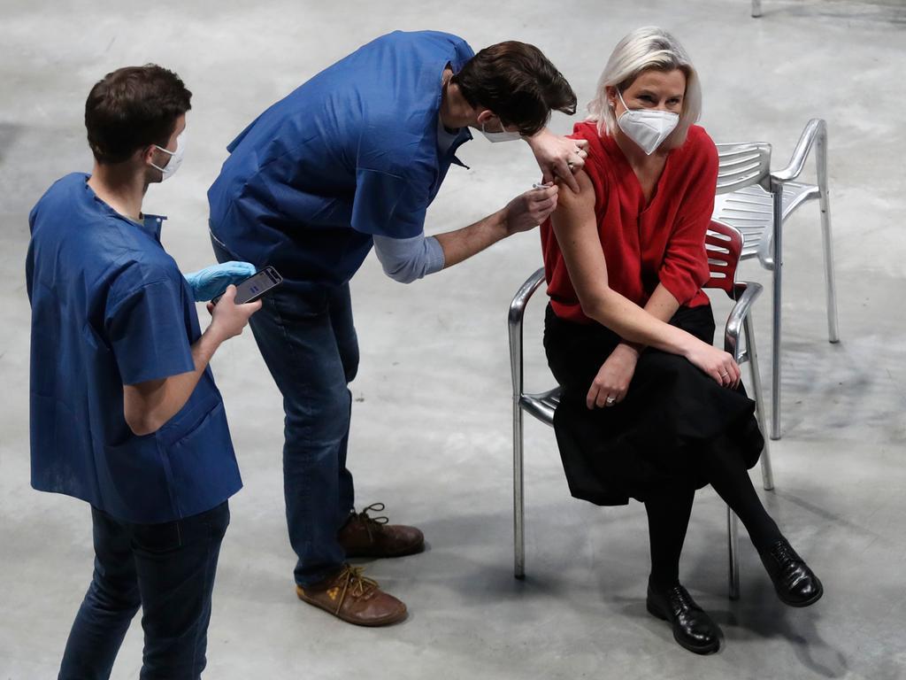 09.04.2021, Tschechien, Prague: Eine Frau erhält von einem Mitarbeiter des nationalen Impfzentrums in der O2-Arena in Prag eine Corona-Impfung des Herstellers Pfizer. Am Freitag wurden hier die letzten Tests durchgeführt. Im größten Impfzentrum des Landes sollen künftig 10 000 Menschen pro Tag geimpft werden. Foto: Petr David Josek/AP/dpa +++ dpa-Bildfunk +++