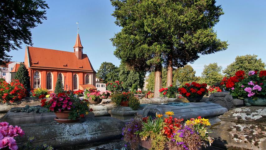 Wer es blumig mit einem Hauch von Morbidität mag, ist auf dem Johannisfriedhof richtig. Der 1475 geweihte Friedhof ist die Ruhestätte vieler großer Nürnberger von Albrecht Dürer über Ludwig Feuerbach bis zu William Wilson, dem Lokführer der ersten Deutschen Eisenbahn.