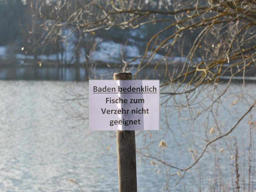 Birkensee; November 2015, das Wasserwirtschaftsamt Lauf schickt Taucher   in den See, um Proben vom Grund zu nehmen. Gewässer; Schaden; Wasser;   Verunreinigung. Warnschild