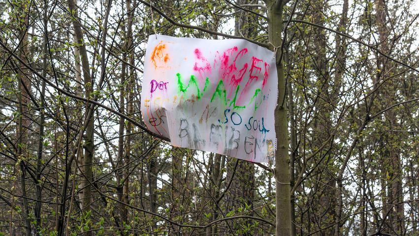 Aus Kinderhand kam eines der Protestplakate. Nach den heftigen Regenfällen des Wochenendes kann man mühsam noch