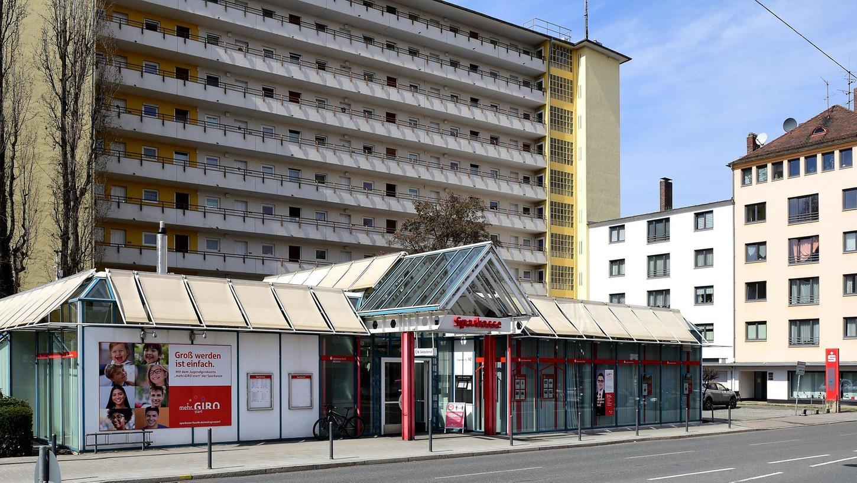 Am Standort Schwabacher Straße soll an Stelle der Filiale Einzelhandel oder Wohnbebauung Platz finden. Entsprechende Gespräche laufen bereits, so die Sparkasse.