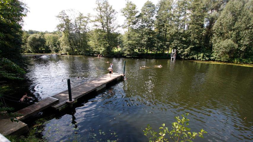 Zugegeben, der Name ist etwas euphemistisch. Mit seinen 120 Metern Länge kann der Langsee nicht mit den großen bayerischen Gewässern mithalten. Dafür ist er aber umso idyllischer im Pegnitztal gelegen, umgeben von großen alten Bäumen und gelegentlich sogar mit einer Schafherde nebenan. Und wer im Hochsommer vom Holzsteg ins Wasser springt, dem ist garantiert nicht mehr zu heiß.