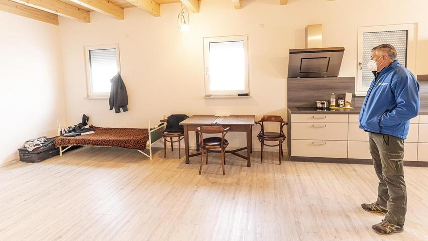 """Das schmale Gästebett in der Vorarbeiterwohnung ist für den """"dritten Mann"""", nebenan schläft ein Ehepaar: Der Sicherheitsabstand ist Hans Rudolph (re.) sehr wichtig."""