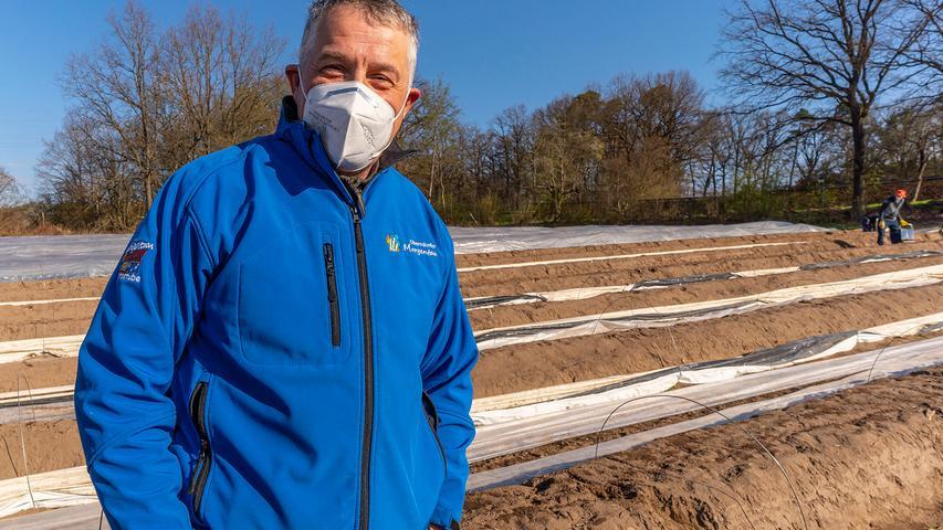 Das Saisonarbeiter-Team auf dem Spargelhof Rudolph in Möhrendorf achtet auf Infektionsschutz. Hans Rudolph muss sich keine Sorgen machen.