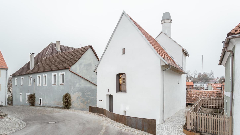 Die Alte Mälze, vis-à-vis von Kirche und Rathaus im Zentrum von Lauterhofen, ist ein kleines Baudenkmal mit gerade einmal 173 Quadratmeter Nutzfläche. Die Sanierung bewahrte ein Stück Zeitgeschichte. Sie kann nun im Rahmen der Architektouren virtuell besichtigt werden.