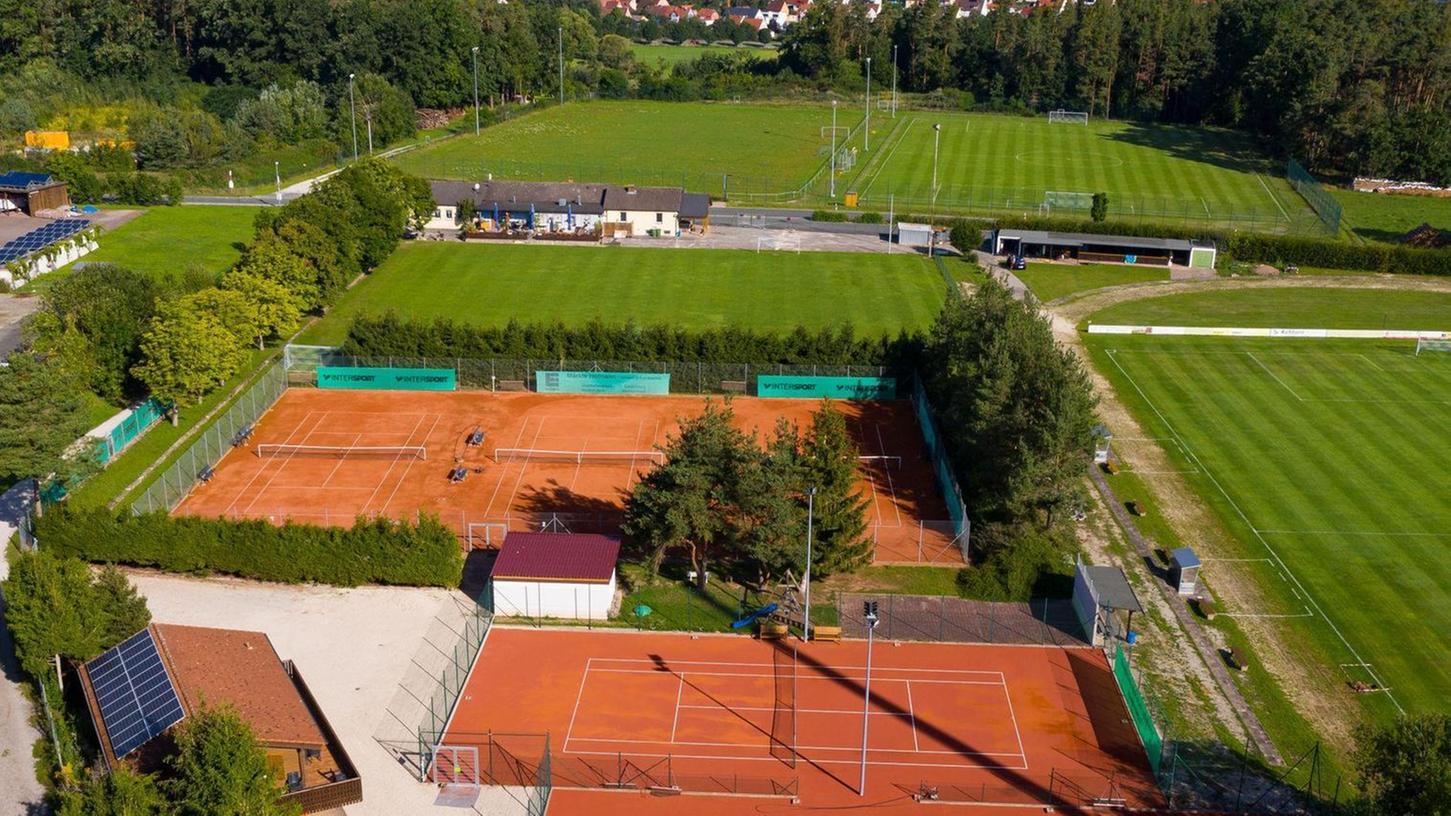 Auf dieser Drohnenaufnahme aus dem vergangenen Herbst sind die zwei neuen Ganzjahresplätze der Tennisanlage im Vordergrund zu sehen. Links hinten, begrenzt durch den Wald, liegt der Fußballplatz, der an die Gemeinde zurückfiel. Rechts daneben ist der B-Platz vor seiner Sanierung, davor das Kleinfeld.