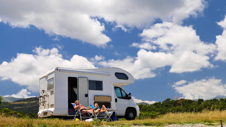 Im Campingbus oder Wohnmobilkönnte man Abstand von anderen halten und trotzdem kleine Trips in die Natur unternehmen. Wie aber ist die Rechtslage hierzu?