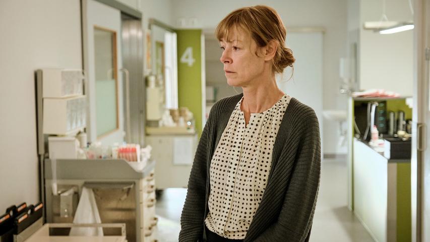 Schließlich erliegt Elisabeth Klingler-Rathmannihren schweren Kopfverletzungen. Was nun folgt, ist ein erbitterter Kampf um das Erbe der Frau. Gesine will um jeden Preis verhindern, dass Elena die Familienvilla bekommt.