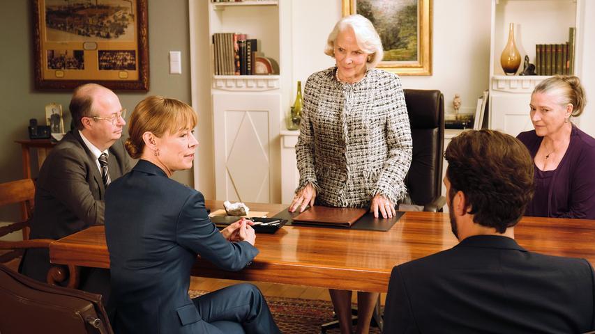 Im Beisein eines Notars eröffnet die schwerreiche Frau ihren Kindern Gesine (Jenny Schily) und Richard (Jan Messutat), dass Elena nach ihrem Tod die Villa der Familie erben soll.
