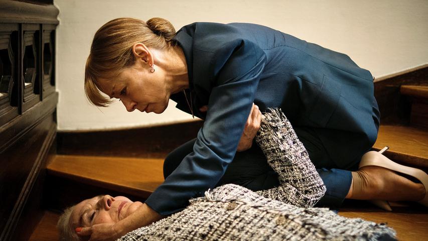 Kurze Zeitspäter stürzt die alte Dame die Treppe herunter. Tochter Gesine eilt herbei, ruft neben Krankenwagen aber auch die Polizei.