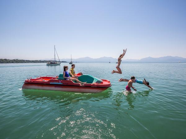 Sommerfrische, wie man sie früher kannte:Entspannt durch die Sonne tuckern:Tretbootfahrer auf demChiemsee.