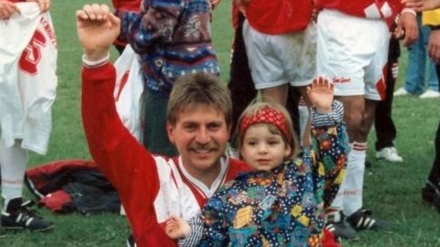 Tochter Lena war von Anfang an dabei auf dem Sportplatz, so auch als Zweijährige, als ihr Vater Edmund wieder mal einen Aufstieg mit den Buckenhofener Fußballern feierte.