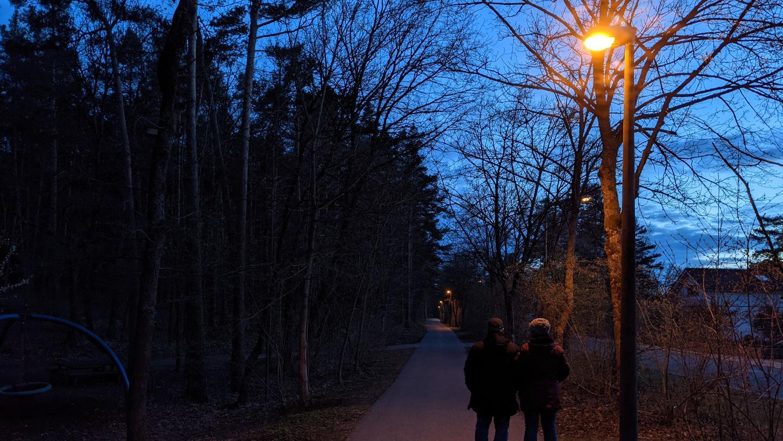 Am Spielplatz (unser Foto) reichen die gelben Licht-Kegel gerade so aus. Doch auf Höhe der Schopperstraße endet urplötzlich die Gehwegbeleuchtung.