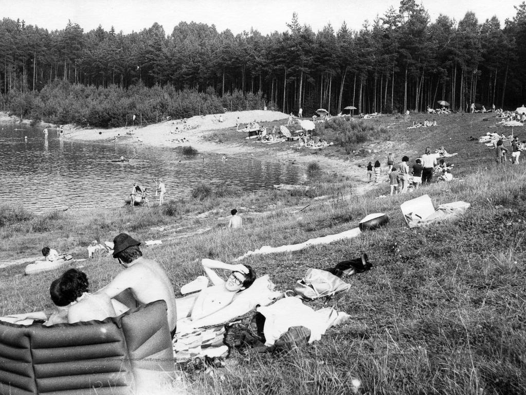 FOTO: NN / Fotograf nicht identifizierbar, Bildrechte VNP, historisch; 1980er; veröff. NN 03.09.1981.MOTIV: Nürnberg, Birkensee, Badesee, Liegewiese, Badegäste, BadegastKONTEXT: