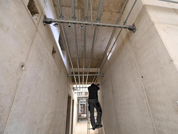 Auch in den Gängen wird weiter gearbeitet. Der Innenausbau in dem Rohbau ist in vollem Gange.