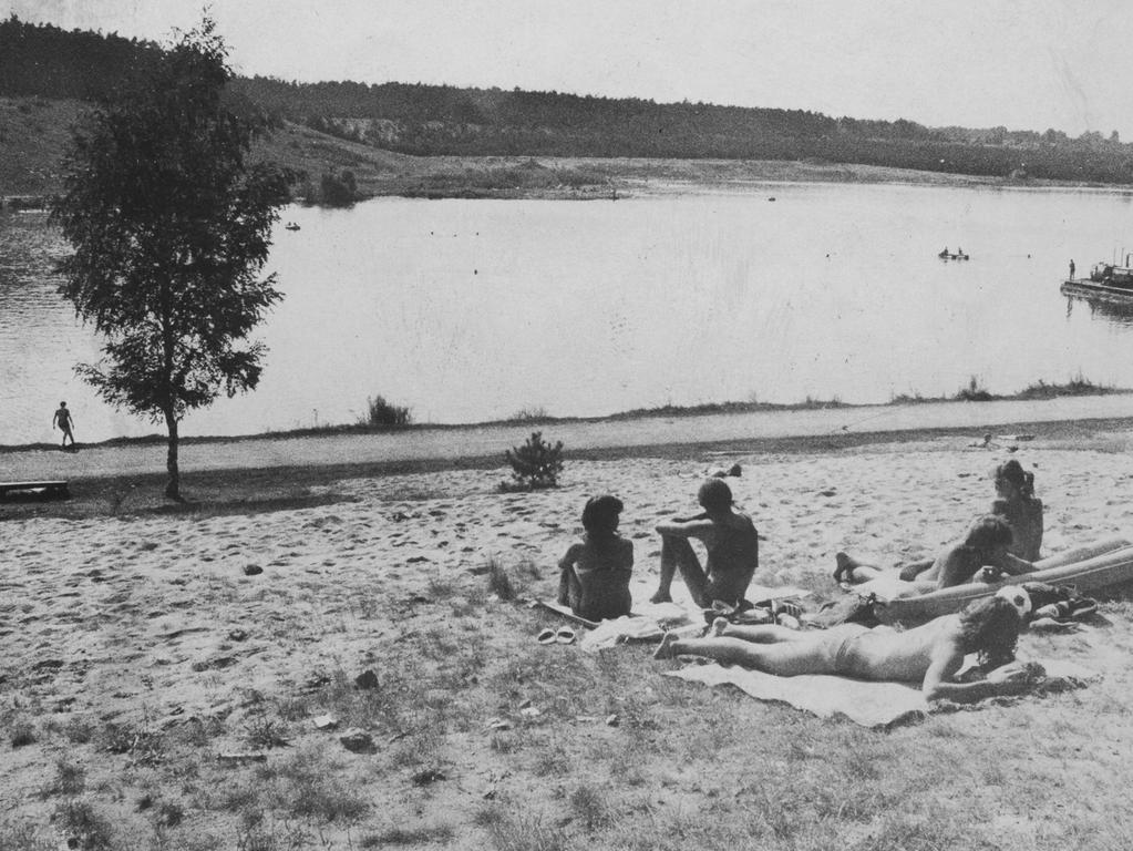 FOTO: NN / Fischer , historisch; 1980er; unveröff. NN Aufnahmedatum Ende 80er Jahre. MOTIV: Nürnberg, Birkensee, Badesee, Badgäste, Liegewiese