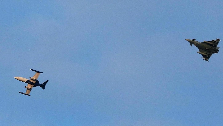 Eine Trainingseinheit der Luftwaffe zog am Mittwochabend die Blicke auf sich. Ein Eurofighter jagte einem Learjet hinterher.