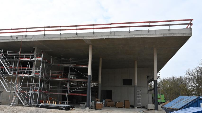Aufatmen bei der Stadt Erlangen: Das Feuer auf dem Dach der neuen Groß-Sporthalle an der Hartmannstraße, das einen Schaden von rund 250 000 Euro angerichtet hat, wird vermutlich kaum Einfluss auf den Baufortschritt haben. Hier ein exklusiver Foto-Rundgang über die Baustelle.