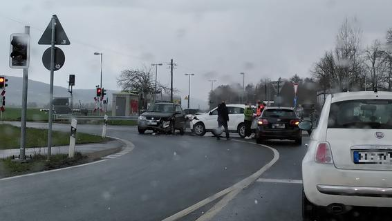 Nicht geblinkt: Crash am Bahnübergang bei Gosberg