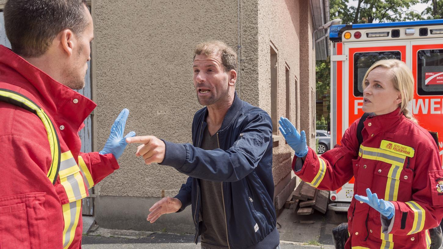 Rettungskräfte sind immer öfter das Ziel von verbalen und körperlichen Übergriffen, wie die gestellte Situation im Bild zeigt. Ende März wurde ein Team des Bayerischen Roten Kreuz in Nürnberg massiv angegriffen.