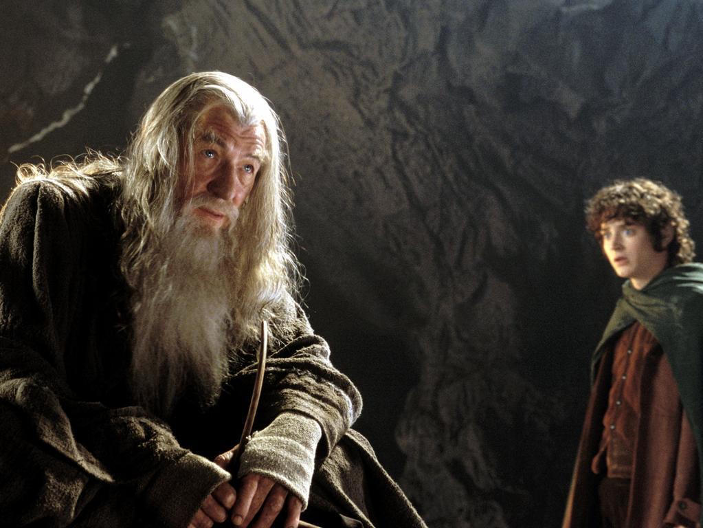 Die undatierte Aufnahme zeigt Ian McKellen (l) als Gandalf und Elijah Wood als Frodo in einer Szene aus dem Kinofilm