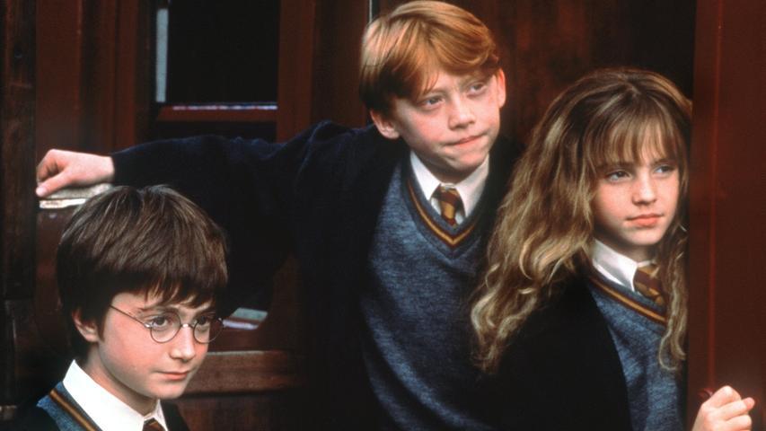 Daran, wie erwachsen die drei Hauptdarsteller Daniel Radcliff, Rupert Grint und Emma Watson (Bild, als ihre Rollen Harry Potter, Ron Weasley und Hermine Granger) nun sind, erkennen Filmfans wohl am besten, wie die Zeit verflogen ist: 20 Jahre ist es her, dass Harry Potter seine einladung an die zauberschule Hogwarts erhalten hat und dort gemeinsam mit seinen Freunden den sagenumwobenen Stein der Weisen vor dem bösen zauberer Voldemort schutzen wollte. Sieben weitere Filme setzten die Reihe fort und waren extrem erfolgreich. Auch heute noch begeistern die Filme und die dazugehörigen Bücher Fantasy-Fans in jedem Alter.