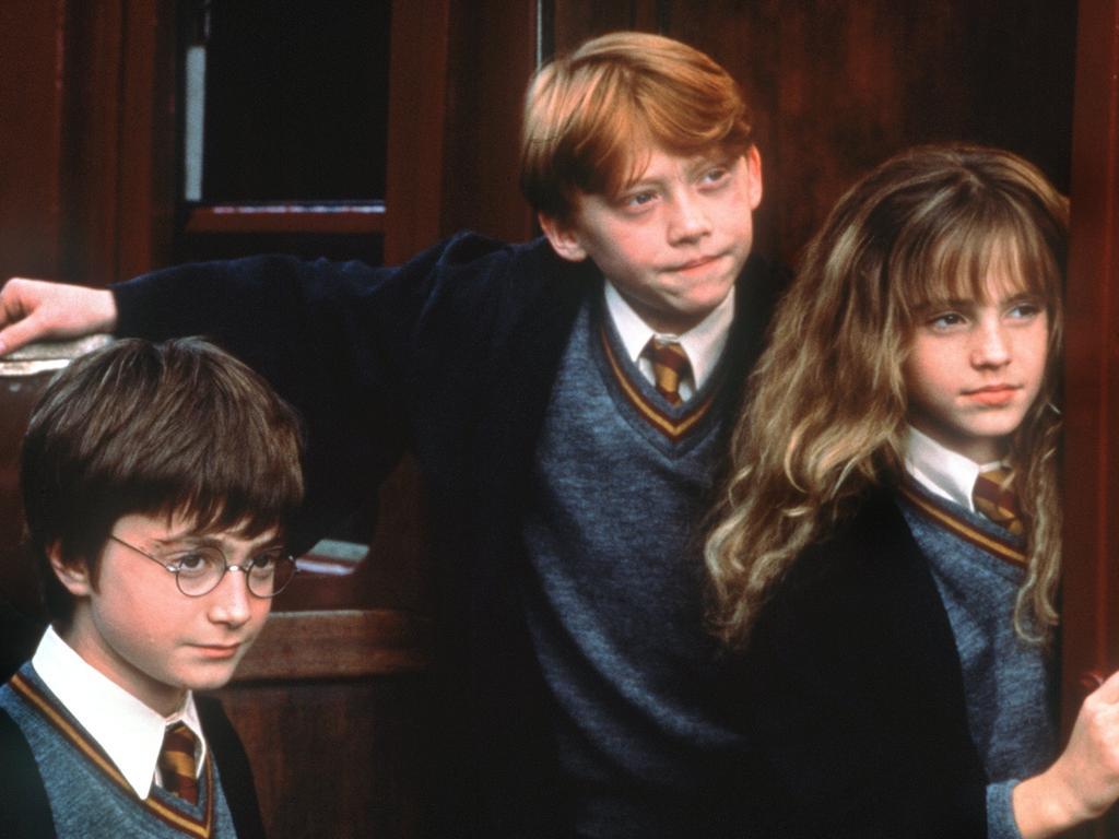 Voller Erwartung stehen die Zauberlehrlinge Harry Potter (Daniel Radcliffe, l), Ron Weasley (Rupert Grint) und Hermine Granger (Emma Watson) im neuen Kinofilm