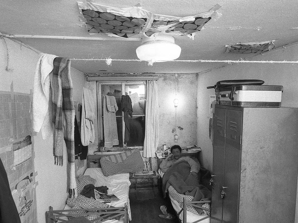 Damit es nicht ständig tropft, haben die Bewohner Plastiktüten unter die Decke ihrer Unterkunft geklebt.