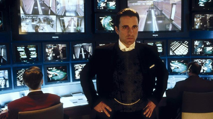 20 Jahre ist es inzwischen her, dass der smarte Danny Ocean (George Clooney) zehn Männer um sich scharrte, um das Casino von Terry Benedict (Andy Carcia, Bild) auszurauben und seine Exfrau zurückzugewinnen. Nicht nur wegen der hochkarätigen Besetzung (unter anderem mit Matt Damon und Brad Pitt) verbuchte der Film so viele Besucher in den Kinos, auch die ausgetüftelte Story gefiel der breiten Masse. Dies führte zu zwei Fortsetzungen - Ocean's 12 und Ocean's 13, bei dem alle Darsteller ihre Rollen wieder besetzten.