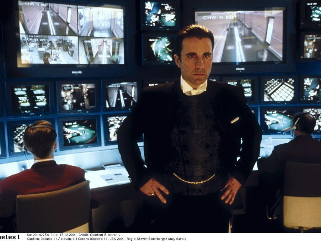 Film: Ocean's 11 / eleven, elf Oceans (Ocean's 11, USA 2001, Regie: Steven Soderbergh) Andy Garcia / Mann, Monitore, Fernseher, Bildschirme, Kontrollraum, Überwachungszentrale .Foto: Verleih