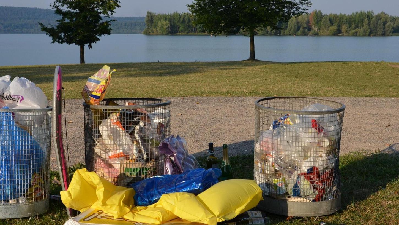 """Müllberge nach einem """"heißen Wochenende"""" am Brombachsee: Solche Bilder sollen schon bald der Vergangenheit angehören. Unter Androhung empfindlicher Bußgelder soll der See """"müllfrei"""" werden."""