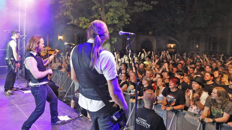 """Da war die Folkrock-Welt noch in Ordnung: Der Auftritt der Erlanger Band """"Fiddler's Green"""" als Headliner auf ihrem eigenen Festival """"Shamrock Castle"""" hat Tradition."""