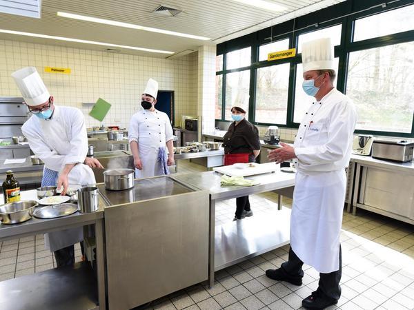 """Der Fachoberlehrer Michael Schatz (rechts) mit seinen Schülern. """"Das Thema der fleischlosen Ernährung ist ein Thema, das immer präsenter wird. Das ist kein Hype."""""""