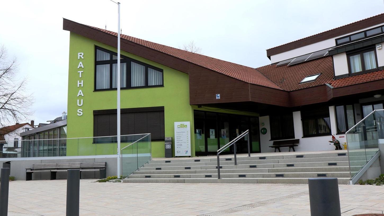 Der Röttenbacher Rathausplatz ist schön, aber noch nicht perfekt: So fehlt noch eine Treppenbeleuchtung und auch am Briefkasten soll noch etwas getan werden. Außerdem soll an der grünen Fassadenfront noch eine Uhr installiert werden.