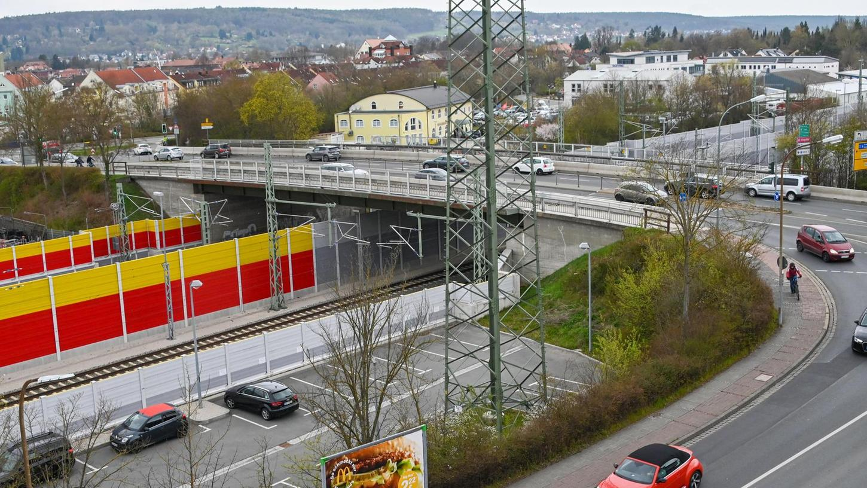 Die vielbefahrene Eisenbahnbrücke in Forchheim mit der Bayreuther Straße: Täglich passieren 26 000 Fahrzeuge die Brücke. Wenn heuer die Piastenbrücke in Forchheim gesperrt wird, muss noch mehr Verkehr durch dieses Nadelöhr.