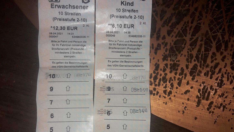 Finde den Fehler: Die neue Zehner-Streifenkarte, die ab Anfang April in den neuen Ticketautomaten der Mittelfrankenbahn erhältlich war, hatte zunächst nur neun Streifen, das Feld mit der 8 fehlte. Mittlerweile hat die Deutsche Bahn den Fehler behoben.