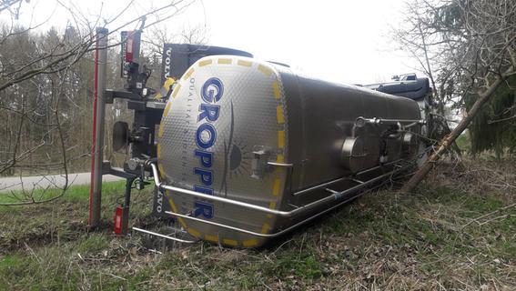 Graben statt Gülle: Milchlaster kippt bei Kammerstein um